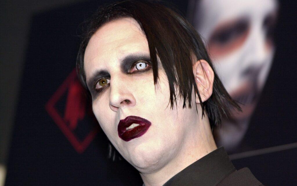 """MD18 MADRID 10/05/03 Fotografía de archivo tomada el pasado día 7 de abril de Marilyn Manson que estos días saca al mercado su nuevo album """"The golden age of the grotesque"""", un disco que """"está concebido para el tipo de espectáculo"""" que quiere ofrecer, según dijo a EFE el músico norteamericano, que considera que necesita """"un punto de sarcasmo y humor para mostrar"""" lo que es y representa.EFE/JJ GUILLEN MARILYN MANSON 592183.JPG"""